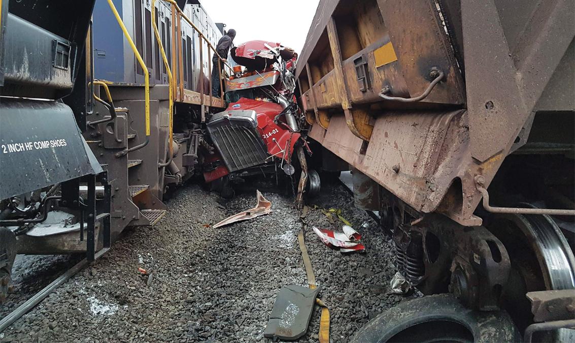 Une locomotive percute un camion de transport